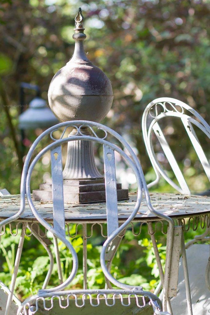 Bild: Metallstuhl und Gartentisch